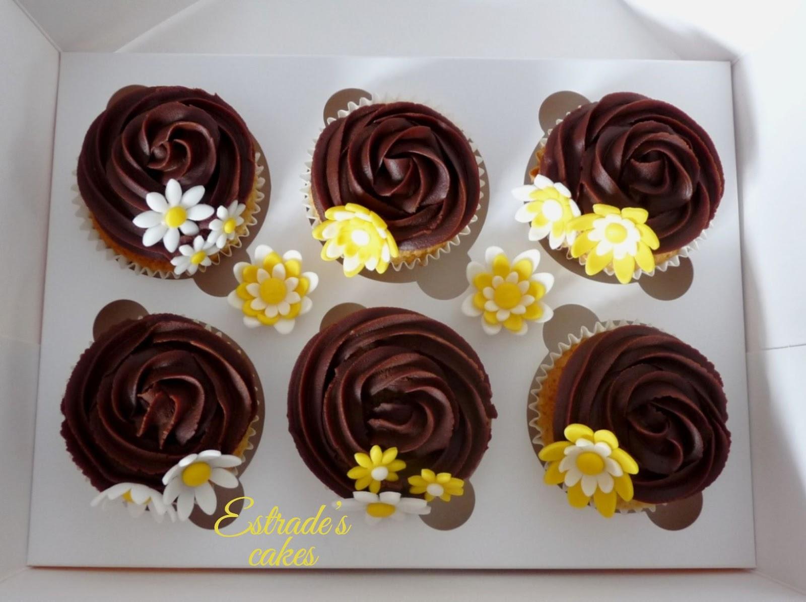 cupcakes de almendra con ganache de chocolate decorado con flores - 4