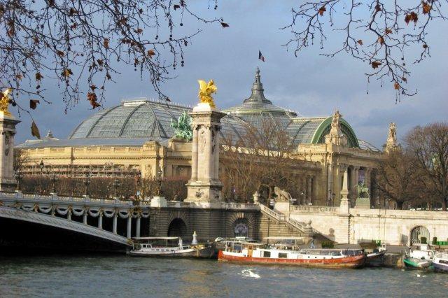Petit Palais y Puente Alejandro III en Paris. Foto tomada desde la orilla del rio Sena.