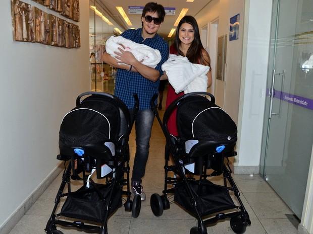 Natália Guimarães e Leandro deixam a maternidade com filhas gêmeas
