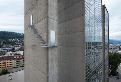 Лестница на небеса на боковой стене одного из офисных зданий