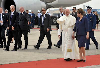 Fiéis se aglomeram na Base Aérea do Galeão, para a última aparição do papa no Brasil.