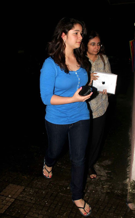 sara tendulkar at delhi belly movie screening actress pics