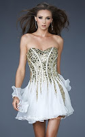 Къса рокля без презрамки в бяло със златна украса, дизайнер La Femme