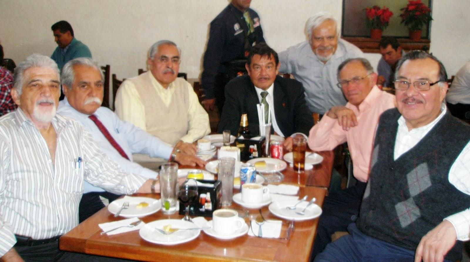 Varios ICE comen en La Coyoacana. Dic. 2013