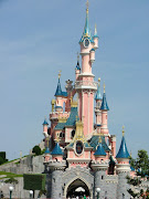 . minutes back down the freeway to the front gates of Disneyland (the . (paris disneyland)