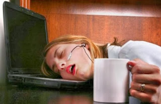 smešna slika: žena spava za laptopom u kol centar