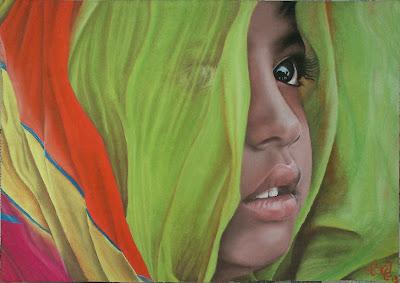 Rostro de niño filipino que se asoma entre telas de colores, a pastel