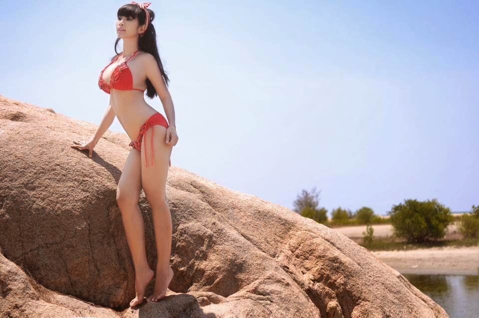 Pictures shade yoga bikini showing sexy curves of Le Kieu Nhu