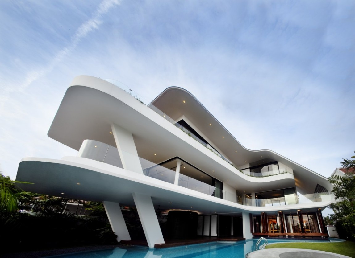 Modern mansion defined by curves and tropical vegetation for House architecture