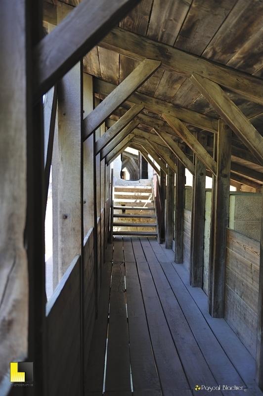 Passerelle de bois du château comtal de carcassonne photo pascal blachier