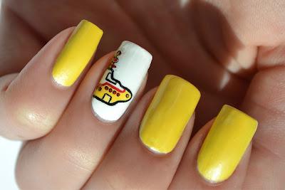 Uñas amarillas con dibujo