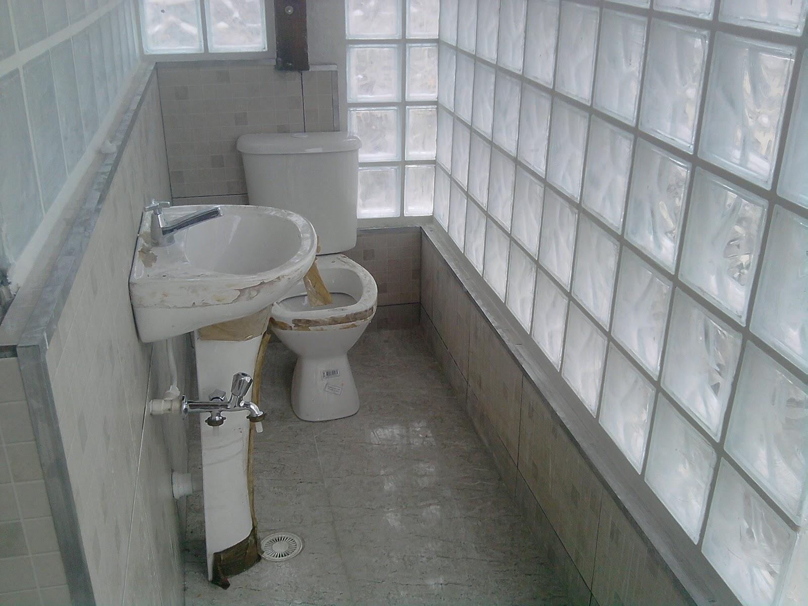 REFORMA: Banheiro com tijolo de vidro em fase de acabamento #585249 1600x1200 Banheiro Com Acabamento Em Pedra