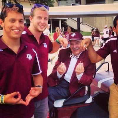 Texas A M president makes Johnny Manziel's #CashinOut gesture.