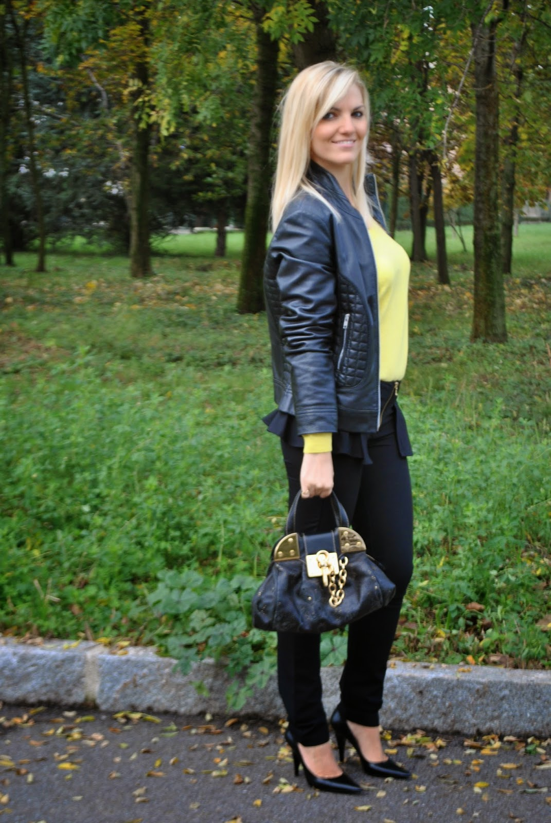 outfit chiodo in pelle maglione con scollo a v giallo giacca di pelle maglione benetton abbinamento giallo e nero how to wear yellow and black outfit autunnali autumnal outfits borsa braccialini braccialini bag majique london jewels bracciale con monete majique london  autumnal outfits  outfit autunnali outfit mariafelicia magno mariafelicia magno fashion blogger italian girls ragazze italiane fahsion blogger bionde ragazze bionde blonde girls fashion bloggers italy