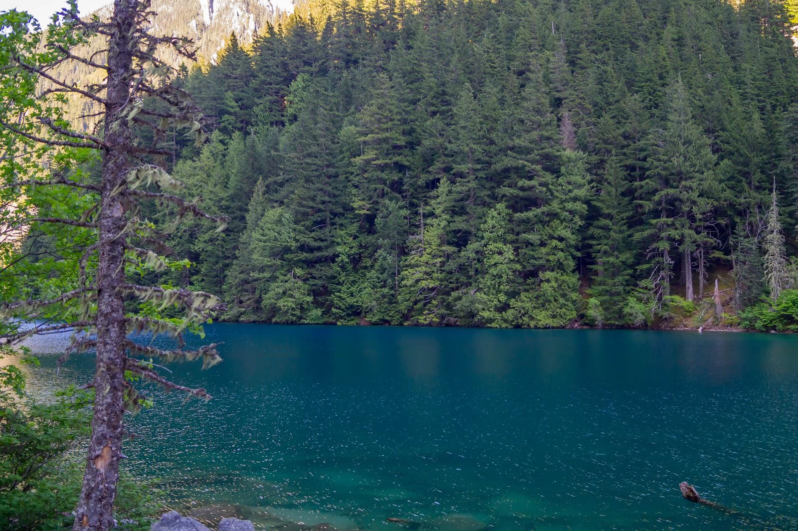 Линдман содержит, частицы горной породы, смываемой с вершин талыми водами и ручьями. Именно эти частицы, отражая свет в особом спектре, окрашивают озеро в такую бирюзу.