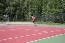 Tenniksen perusteita ja alkeita sisähalleissa ja ulkokentillä tilanteen mukaan