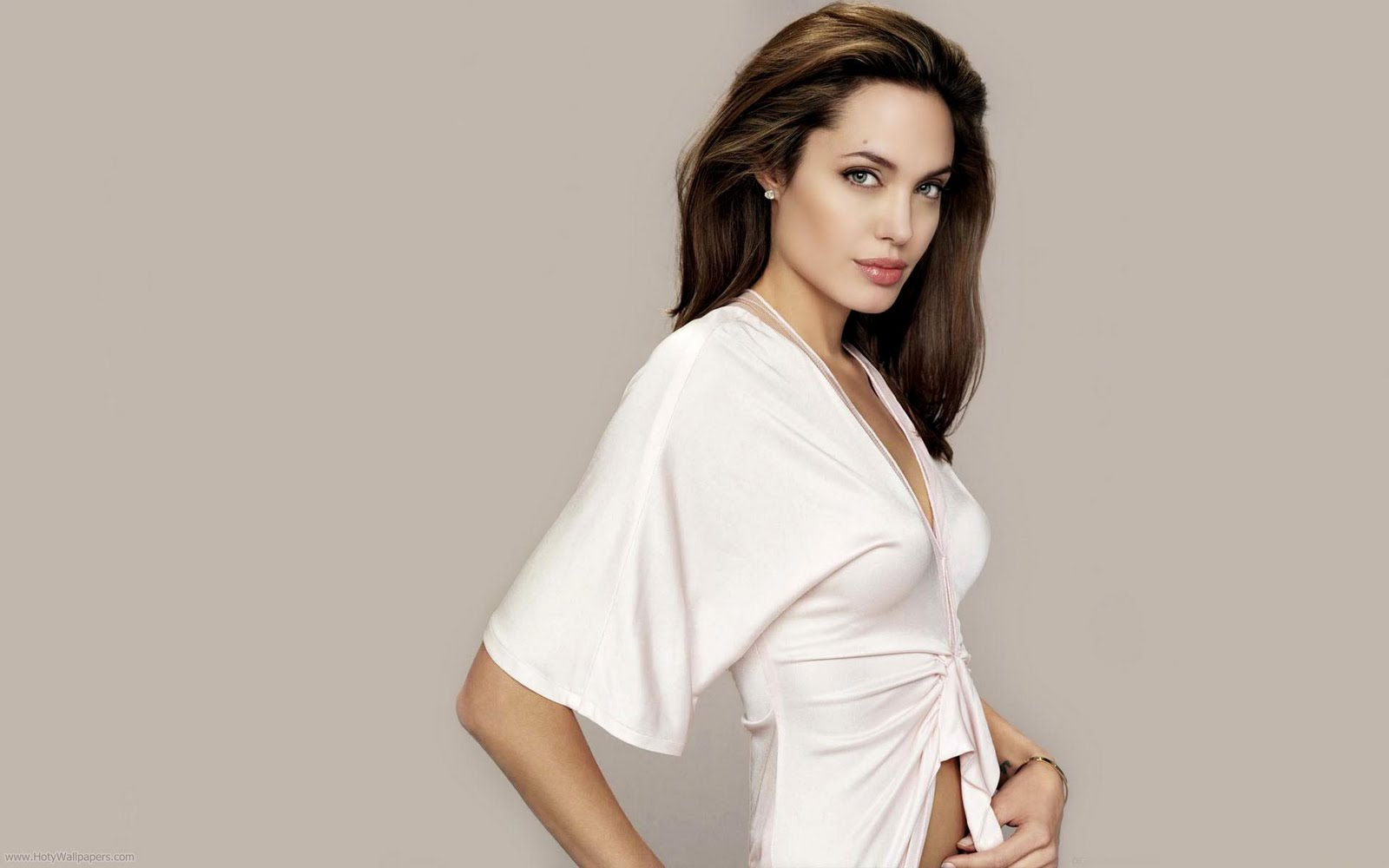 http://2.bp.blogspot.com/-PtQ8Bj6n4Gk/TxQpYgVJJgI/AAAAAAAACYo/tO1bNXKXj_I/s1600/angelina_jolie_hollywood_photo_shoot-1920x1200.jpg