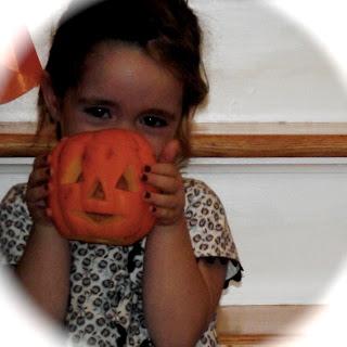 Niña calabaza halloween