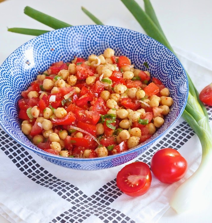 Tomaatti-kikhernesalaatti ripauksella chiliä