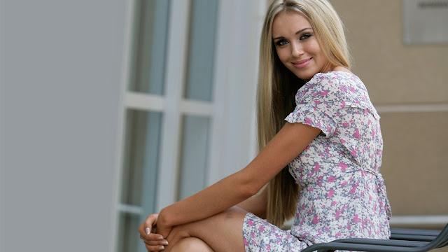 Девушка в платье дня фото