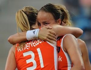 Maartje Paumen abraça Carlien Dirkse, namorada e companheira de equipe (Foto: Getty Images)