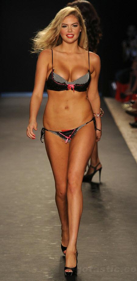 Solo Kate Upton desfilando en bikini