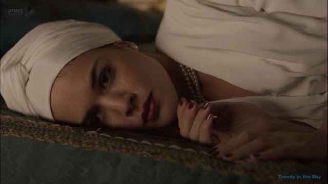 Sira Quiroga turbante blanco. El tiempo entre costuras. Capítulo 6