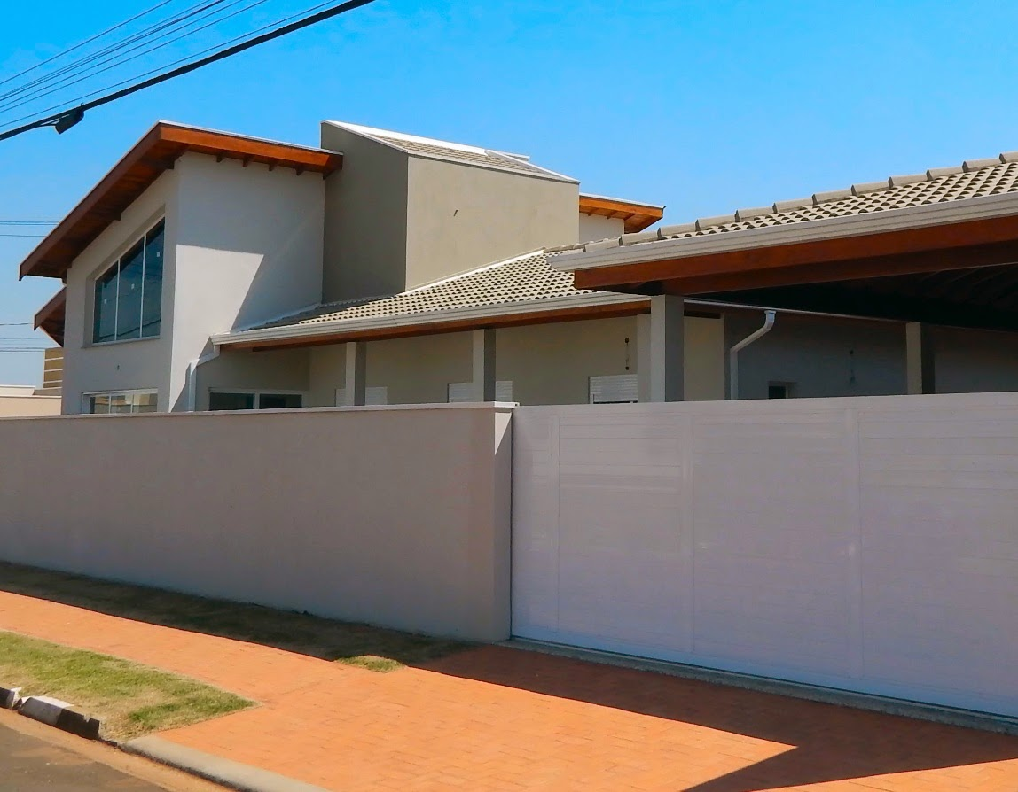 Aspecto da elevação lateral da casa, com acesso para o abrigo secundário e área de lazer em destaque.