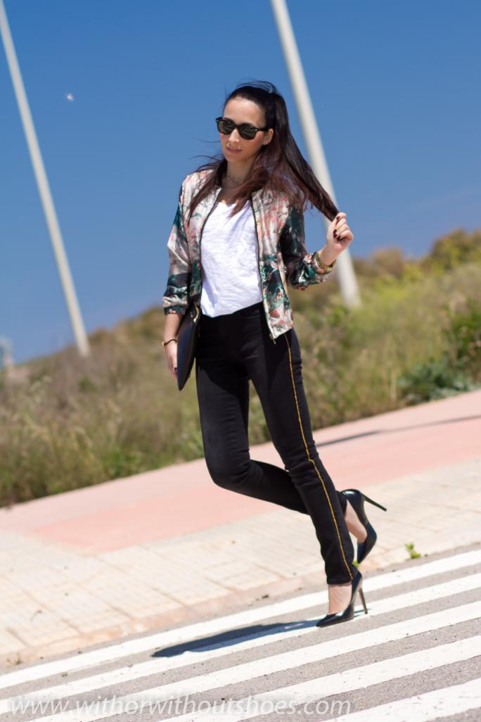 Bomber de seda con estampado oriental, jeans y stilettos