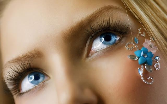 Foto de los Ojos Azules de una Chica Rubia