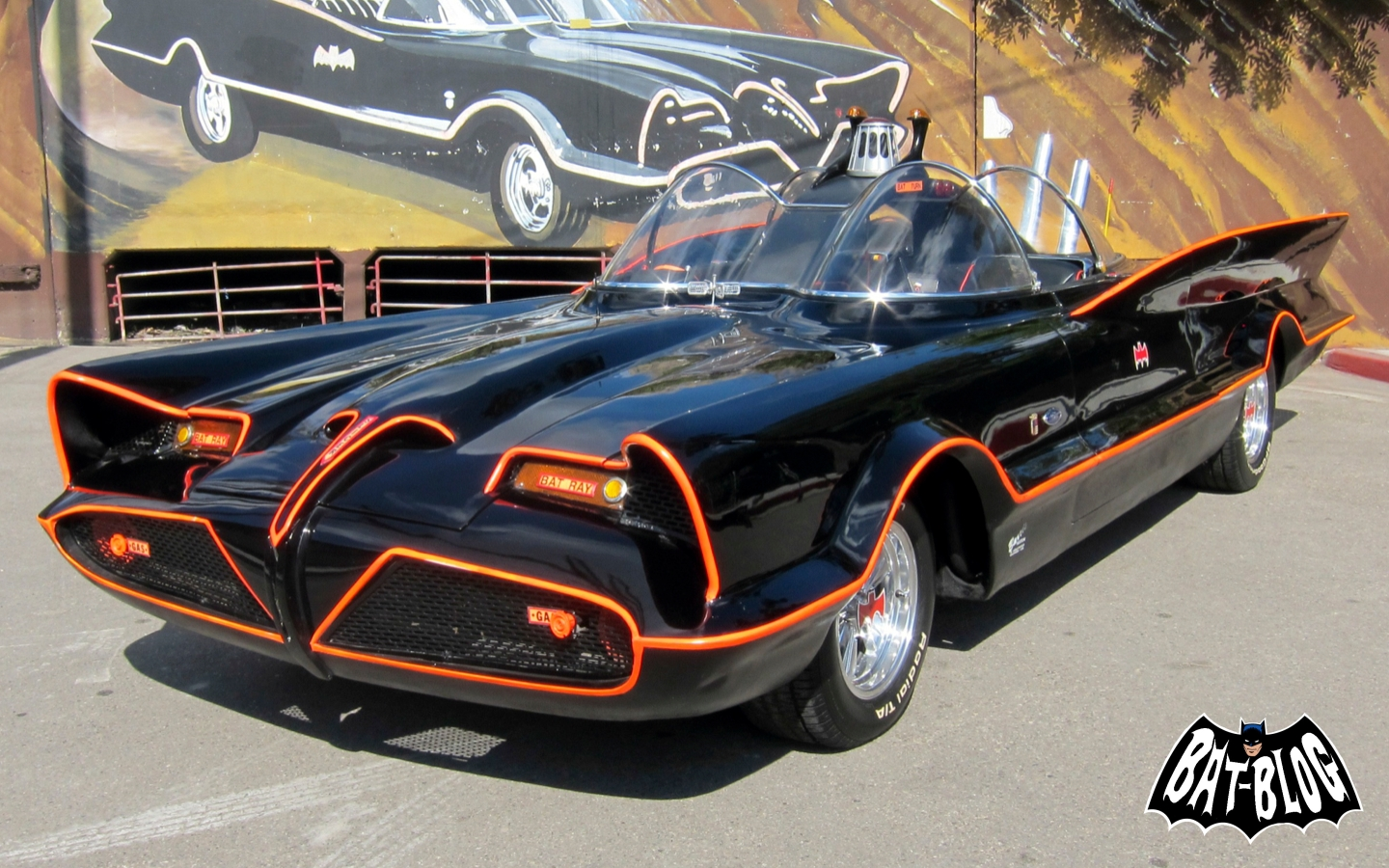 http://2.bp.blogspot.com/-Pvx-JtRW7PE/UP1-hDHpb2I/AAAAAAAAZL8/elUz6hXPWT0/s1600/george-barris-1966-batmobile-auction.jpg
