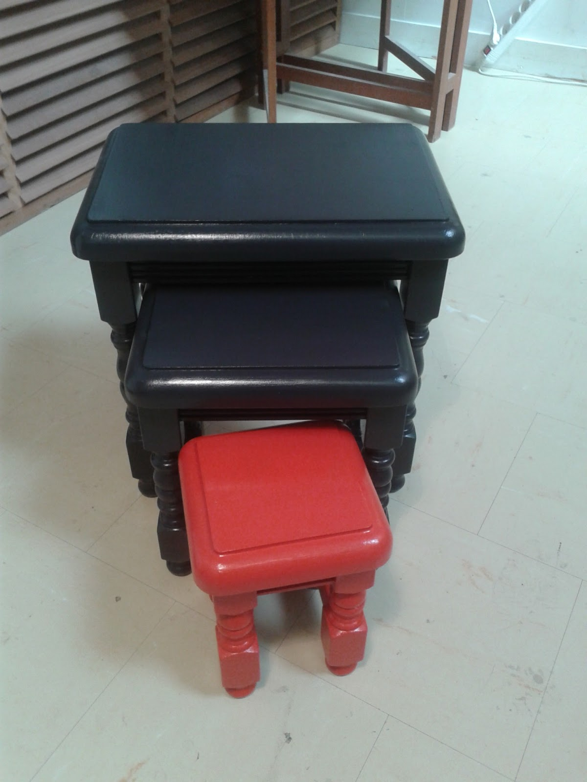 peinture sur meuble vernis application directe sans pon age ni d capage cours de. Black Bedroom Furniture Sets. Home Design Ideas