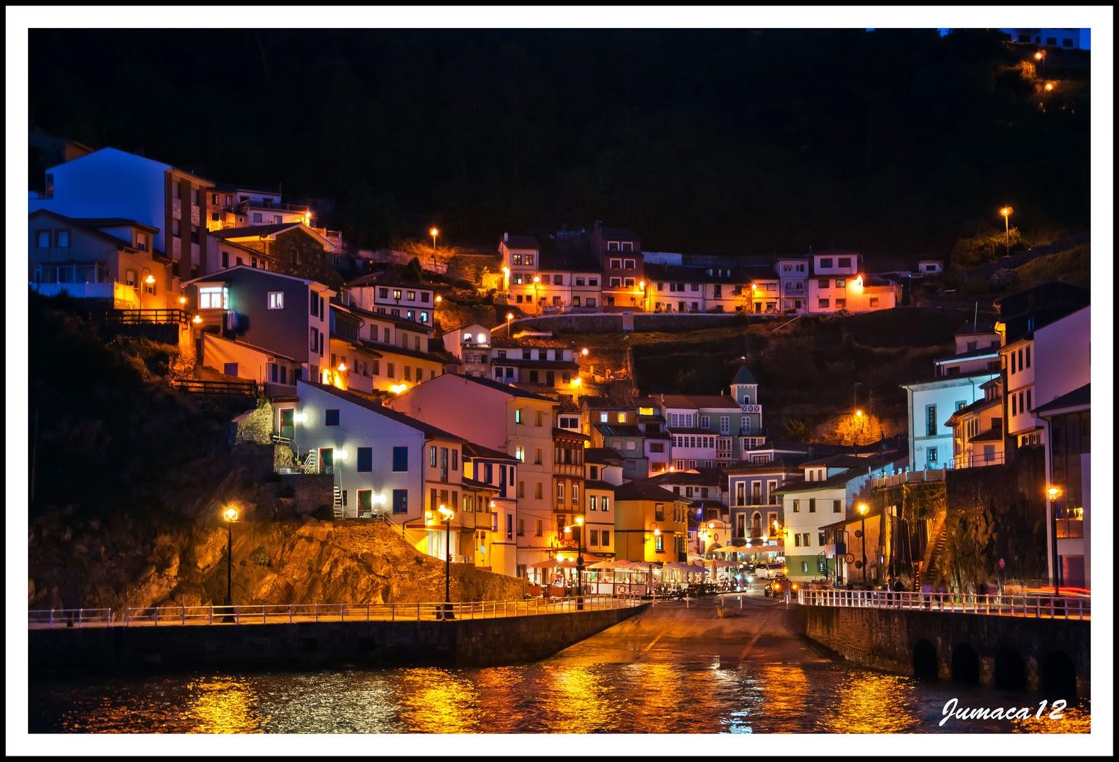 Imagen nocturna de un pueblo de la costa