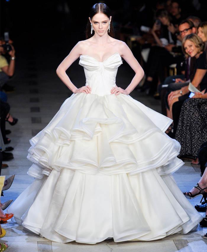 ZAC POSEN E AS MULHERES MODERNAS_Coco Rocha_vestido de noiva da Coco Rocha_Vestido de noiva de Zac Posen_vestido de noiva_vestido de noia moderno_vestido de noiva sem bordado_vestido nude_vestido bege