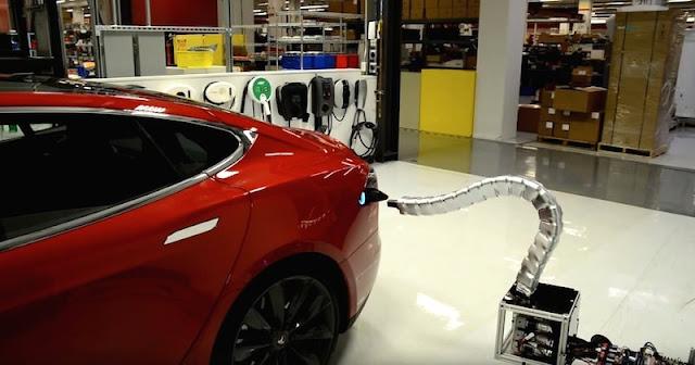 テスラモーターズが自動車用「ヘビ型充電ロボ」のプロトタイプを公開!