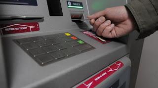 Cajero automático (mano retirando tarjeta)