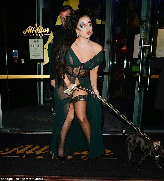 ليدي غاغا تعود للإثارة و الغرابة خلال تنزهها في مانشستر