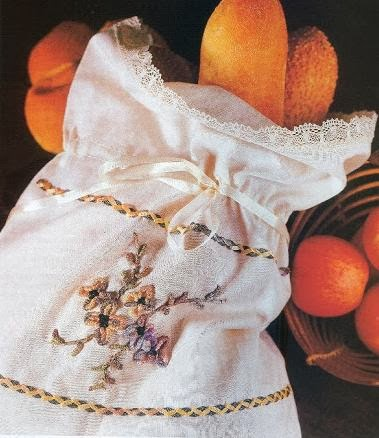 bolsa de lino con flores bordadas en cinta