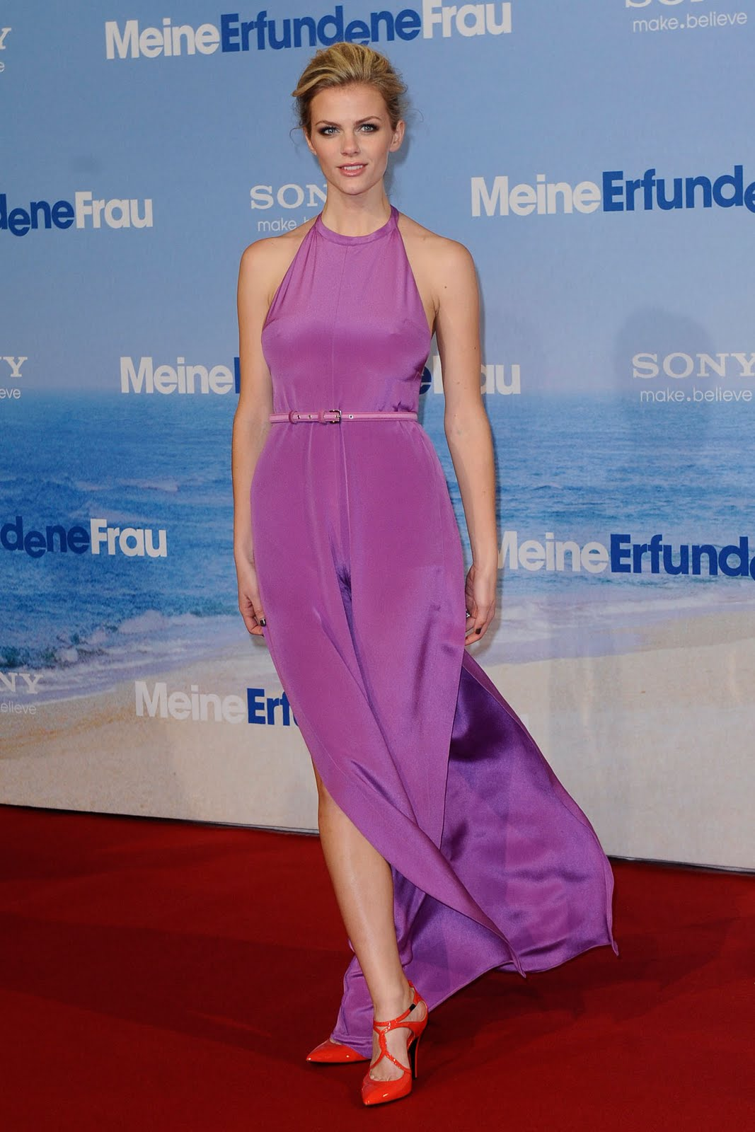 http://2.bp.blogspot.com/-PyF4hUyzP7o/TW60nxc2jfI/AAAAAAAADiU/vnY5IgKLAg4/s1600/brooklyn-decker-just-go-with-it-berlin-premiere-03.jpg