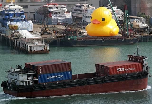 patung itik gergasi di pelabuhan