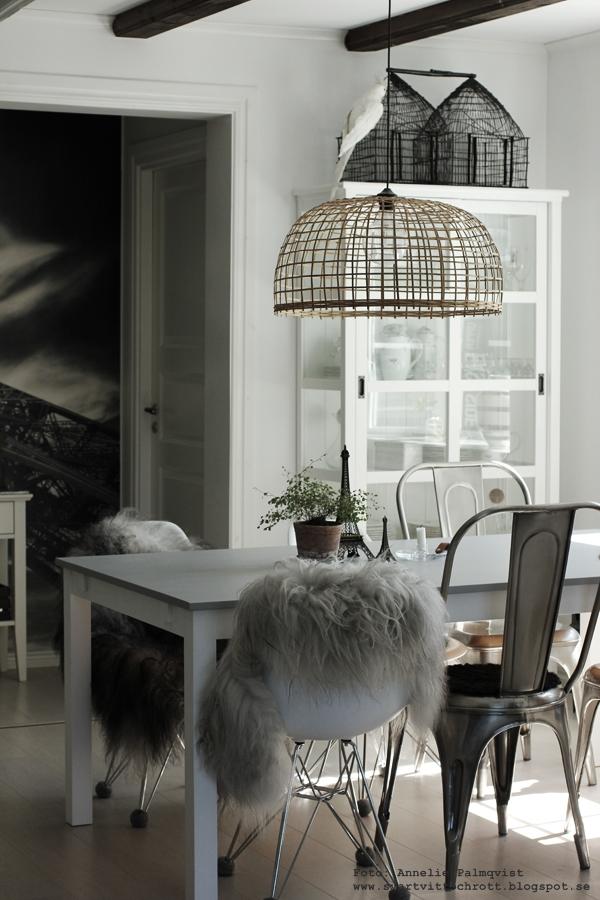 eiffeltorn i inredningen, färg betong, måla bord, bordet, matgrupp, inredning, detaljer, grått, jotuns färg, snickerifärg, betong, betongfärg, lady från jotun, webbutik, webshop, webbutiker, anneliesdesign, annelies design & interior, fårskinn på stol, isländska fårskinn, stolar, matsal, kök, köket, eiffeltornet till inredning,