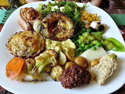 Romã Restaurante Natural: Prato com opções do Buffet de Saladas e de Pratos Quentes