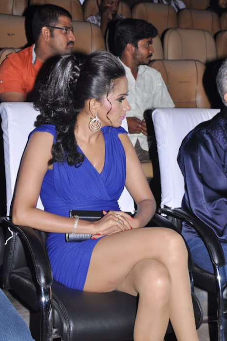 sanjana singh gets spicy legs at screen moon award 2012 hot images