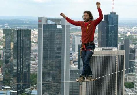نمساوي يتحدى خوفه بالسير على حبل !