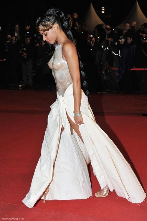 From the Moon to Paris ...: Bon, si on parlait de la fameuse robe de Shy'm