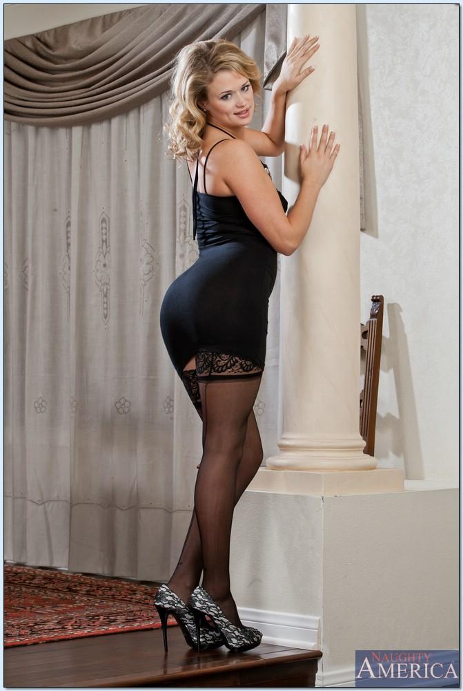 Женщина в чулках и коротком платье фото