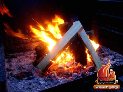 Grilloe ognisko klimat na grillowaniu spotkaniu rodzinnym wieczorem