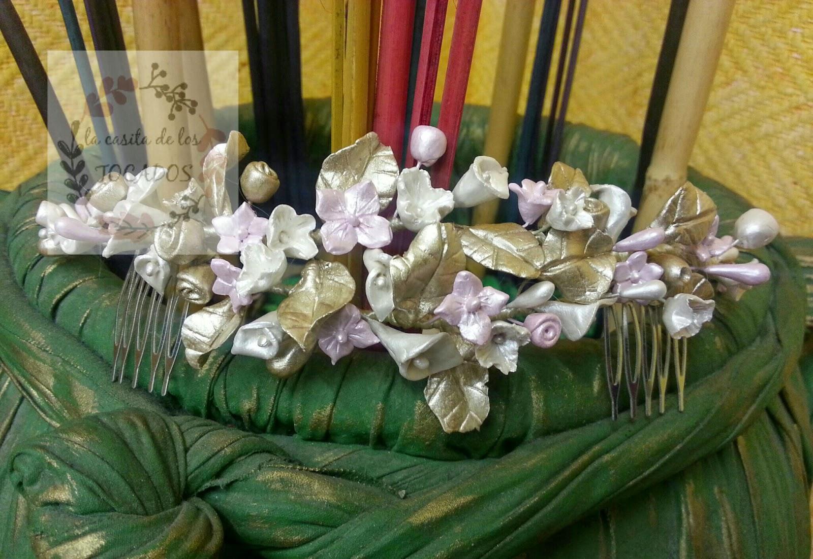 peineta para novia de porcelana a modo de media corona con flores, hojas y pistilos en tonos perlados