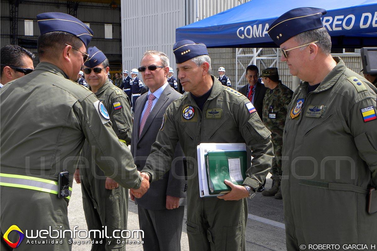 Instantes en el que era entregado oficialmente al señor General del Aire Guillermo León León, Comandante de la Fuerza Aérea Colombiana el helicoptero FAC4106, de parte del Coronel Héctor Carrascal, comandante del CACOM 5.