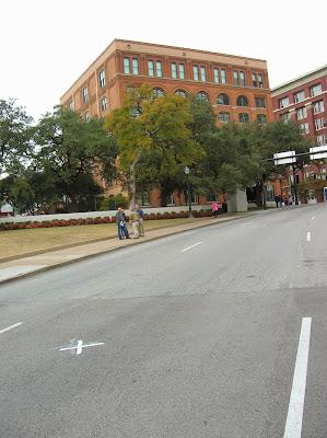 Marca del asesinato J.F. Kennedy, Dallas Estados Unidos, La vuelta al mundo de Asun y Ricardo, round the world, mundoporlibre.com